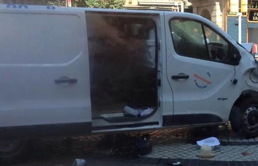「巴塞隆納恐攻」台母女也被撞!廂型車狠撞人群拖行,嫌疑犯照曝光撇清。
