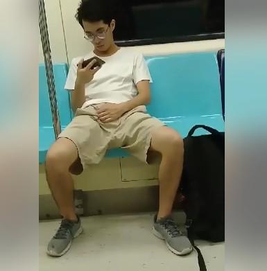 國恥再現!變態眼鏡哥捷運上「對阿根廷妹搓鳥」,報警之後還想「一路尾隨繼續爽...」(影片)