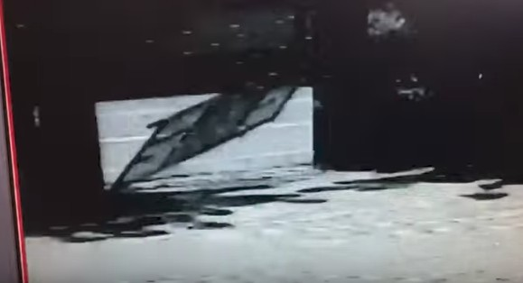 阿飄力氣這麼大!門口鐵門突「斜對角翻轉90度」!他怒調監視器,對面「正在超渡法會」...(影片)