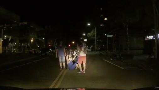 屁孩不分國籍?世大運外國選手「爛醉倒馬路」,林口居民崩潰暴怒:「忍你媽個B!」(影片)