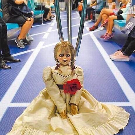 安娜貝爾「搭高鐵回家」,站無人車廂「詭笑拍照」...高鐵大發飆怒告華納:沒生意了!