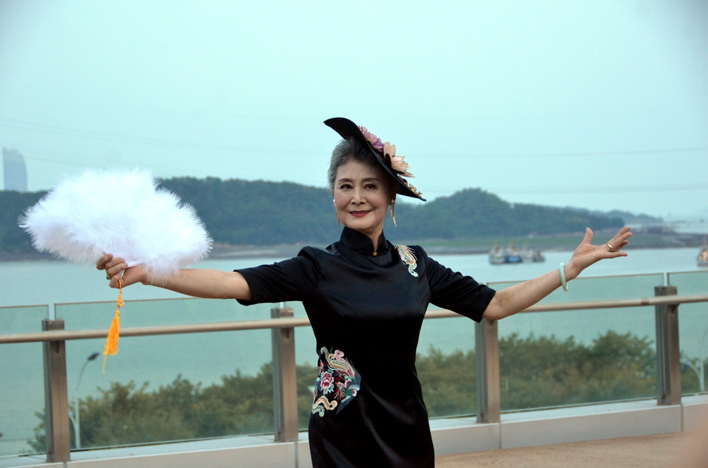 73歲中國最時髦奶奶「哈雷奶奶」飆哈雷、闖西藏,證明「精彩人生」和年齡根本無關!年輕時苦過來的!