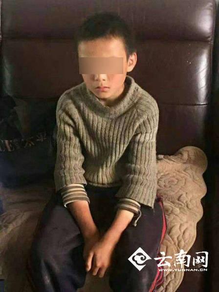 10歲男孩被爸爸打後「離家流浪24天」,抓蛇當食物「超狂荒野求生記」連警察都佩服