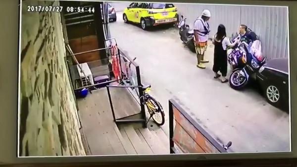 手賤亂移重機倒了!老婆嚇壞搬救兵...帶來的「壯碩男人」讓夫妻倆嚇到臉綠...