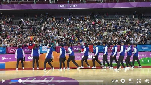 有Freestyle嗎?台日澳賽後用「場中央舞鬥」化敵為友,場面嗨翻網友:這就是籃球精神!