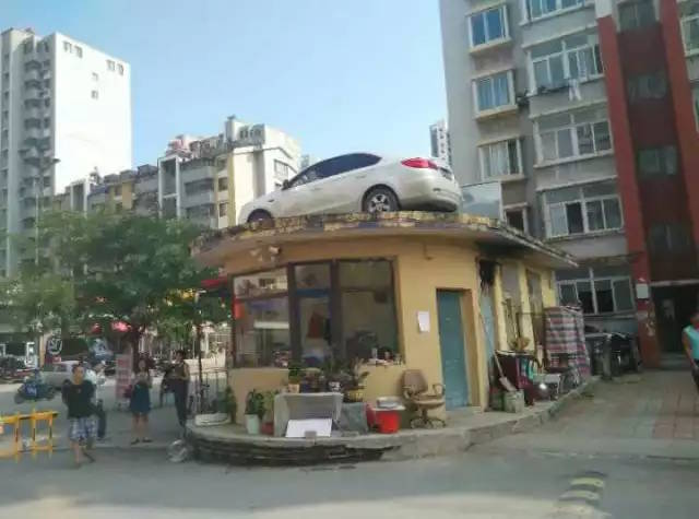女司機「拒絕付停車費」故意停車擋門口,業主怒送她「最完美免費停車位」!