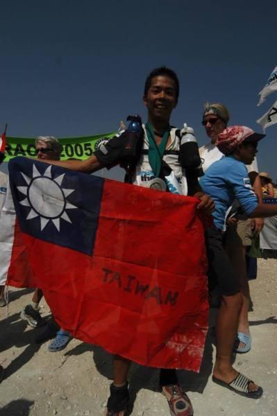林義傑臉書反擊酸民「我拿台灣國旗時,你做了什麼?」,慘被教授回嗆:「沒台灣,你是什麼東西?」