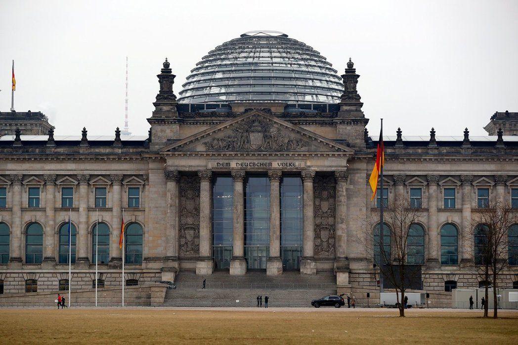 在德國國會前「伸直右手」行納粹敬禮,強國遊客GG了!