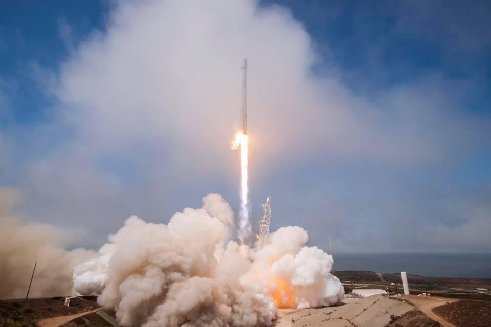 台灣追上中國!「第一顆衛星-福衛5號」成功發射,他含淚:從黑頭髮做到現在都白頭髮了!