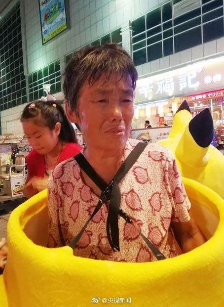 71歲老奶奶穿「皮卡丘裝」求合照,「一張40元」賣命賺家中3人醫藥費!