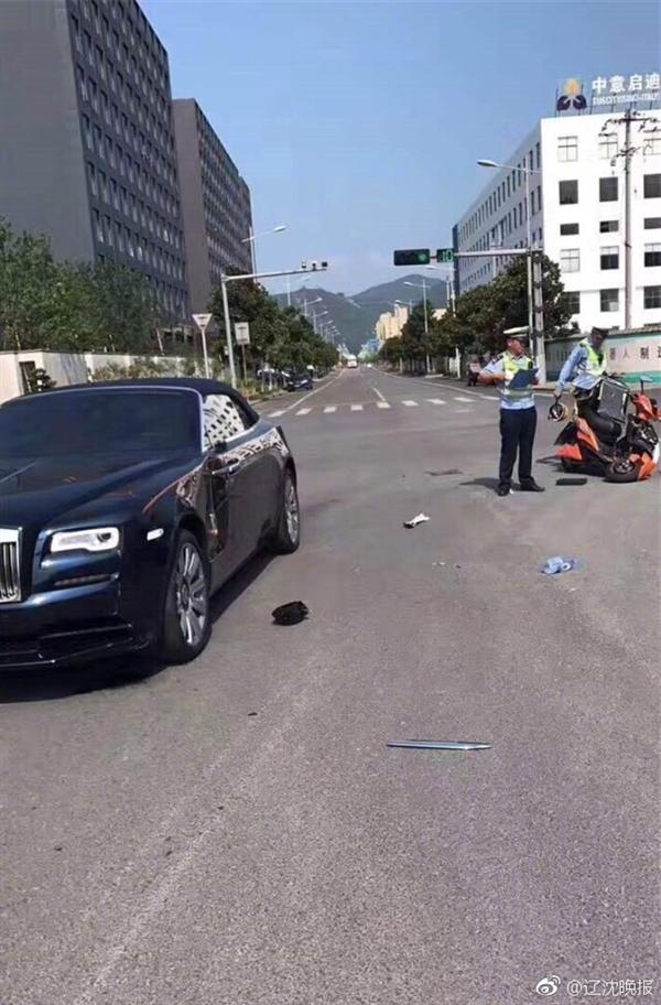 外送員闖紅燈「撞凹2700萬勞斯萊斯」當場嚇傻,車主霸氣安慰:「不用賠了!」