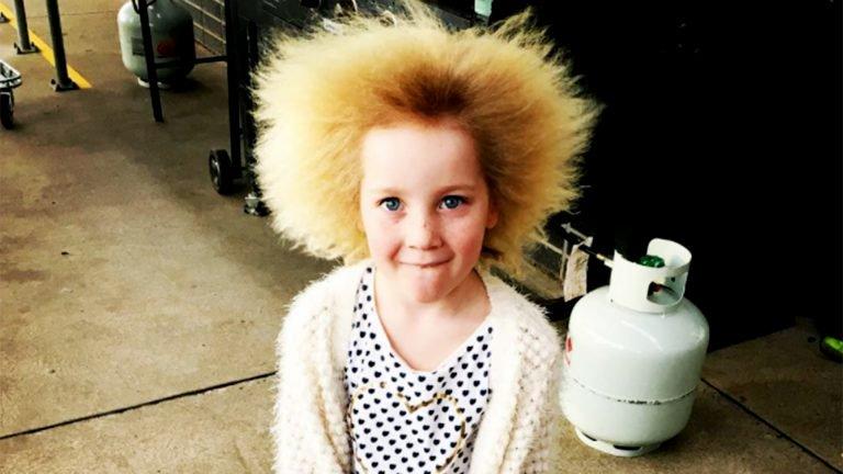 7歲小孩頭髮天生「超爆毛」難處理,爸爸每天崩潰早上必須吹15分鐘才能出門。