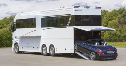 4千萬露營車大到可以「停一台超跑」,內部「睡床+客廳」比酒店更豪華!