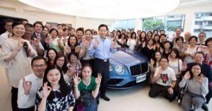 網友揭妙禪「豪華車隊」!信眾開心擠在師父旁與名車前拍照,職員受訪緊張回應洩密