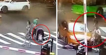 阿嬤因孫子突然馬路中間蹲下大便,下秒被車慘輾斃 (影片)