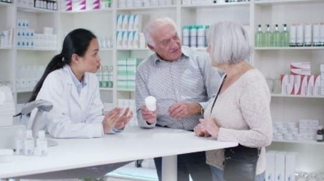 老夫婦總是一起去藥房,有一天只有老爺爺獨自前來「一開口」全藥房的人都哭崩了...