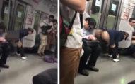 日本大媽電車「脫褲小便」,乘客怕被「噴到」狂躲,網友:「慘了日本被中國同化了!」(影片)