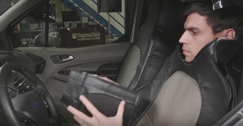 男子假扮成「車椅」開超過100小時的車,拍下行人「對自動車」的反應