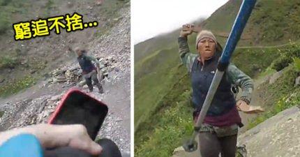 妳這個嫖子,去死吧!遊客殺價一杯茶40元,旁邊是懸崖老闆娘「雙刀」追殺!(影片)