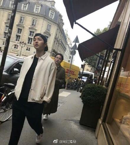 「雙宋」現身巴黎街頭甜蜜勾手!喬妹被粉絲偷拍嚇到轉身「宋仲基更大方」