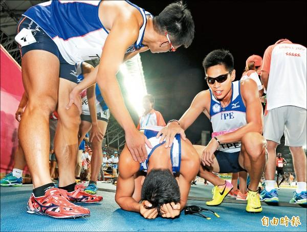 1600接力判失格,「第4名成績取消」中華隊小將楊隆翔自責跪地痛哭。