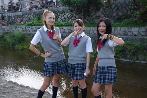 「台灣高中制服外套」紅到國外!杜拜直擊「這所高中」被歪國人實穿!網友:學長好!