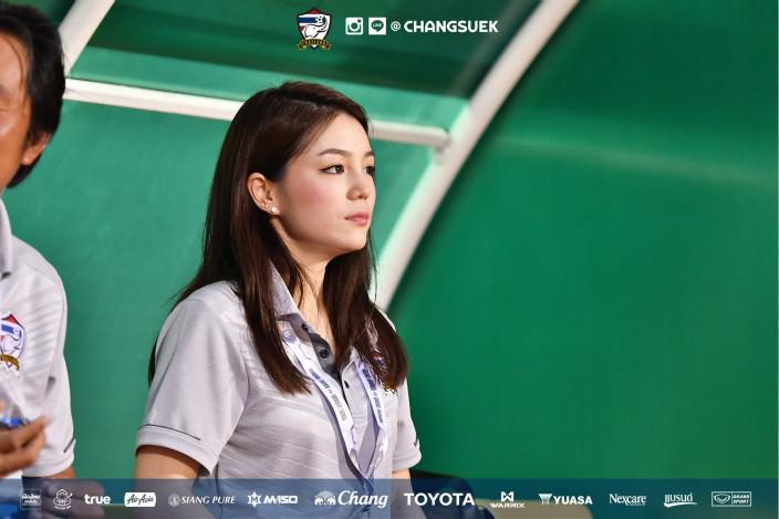 泰國足球「最美女領隊」超搶鏡,「高顏值美貌」強壓選手們的鋒頭!