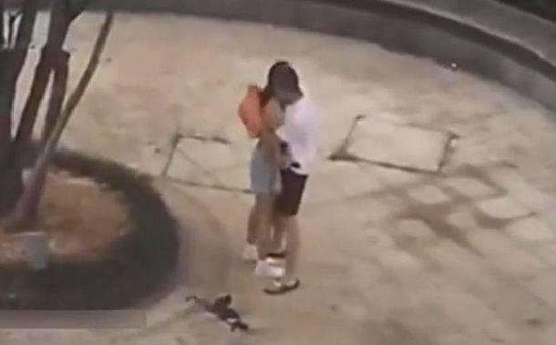 情侶吵架女生當眾「怒脫內衣露乳」,男生火速肉身「抱緊處理」超MAN被讚爆!