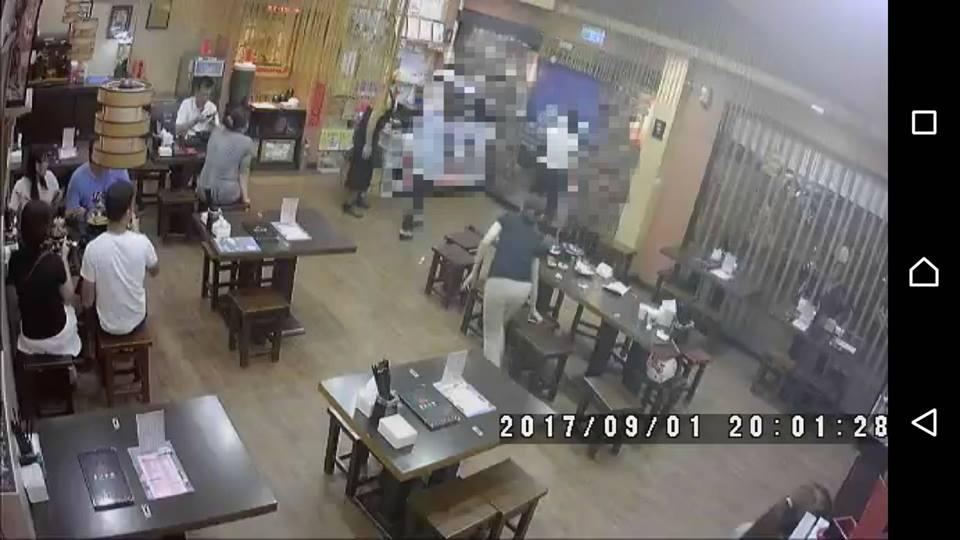 女顧客嗆77歲洗碗阿姨:「我在家不用收碗的!」垃圾故意丟店外,老闆沮喪90度鞠躬道歉。