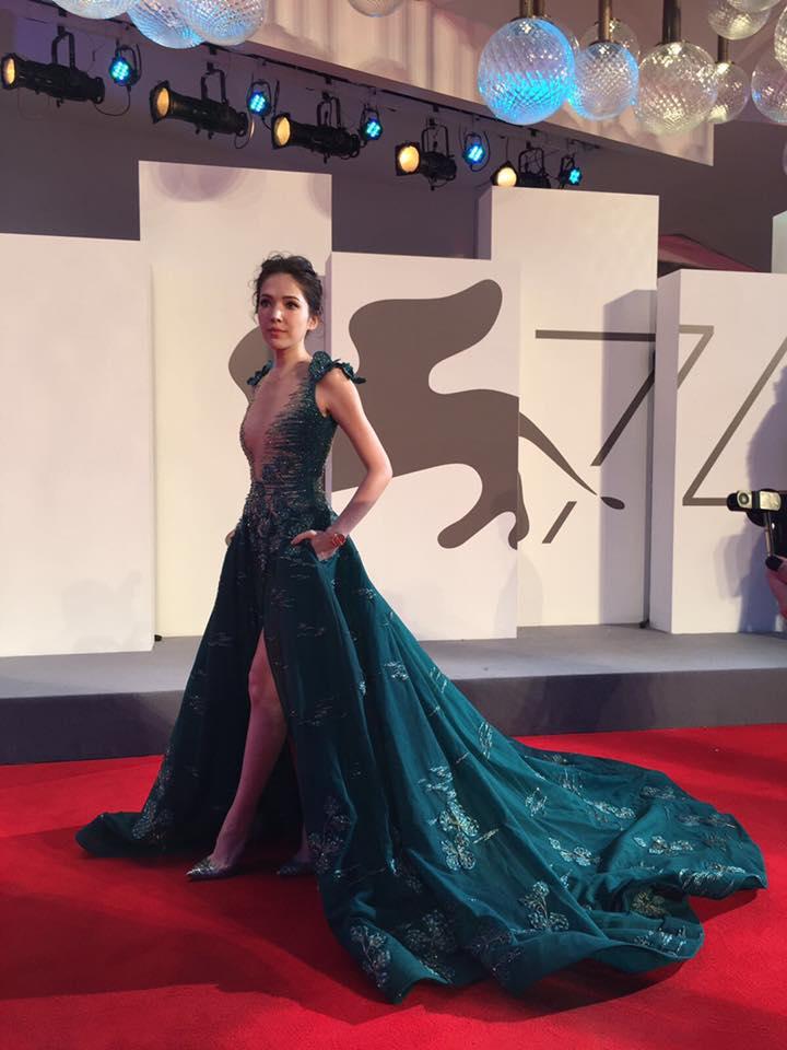 許瑋甯出席威尼斯影展,穿超深V禮服「一轉正面」超猛半球讓人無法看她雙眼聊天!