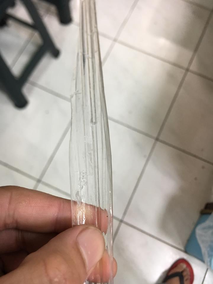 吃透抽吃到「塑膠片」!餐廳老闆被投訴超傻眼,網補槍:「還有2粒白色bb彈呢!」
