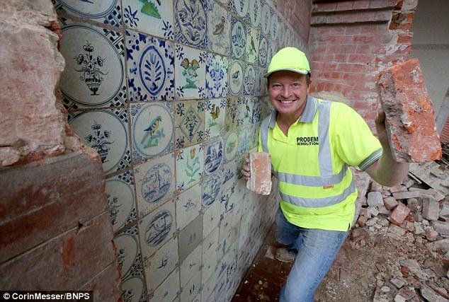 男子在拆除老房子時意外發現「一面磁磚牆」,讓他直接賺進203萬元!