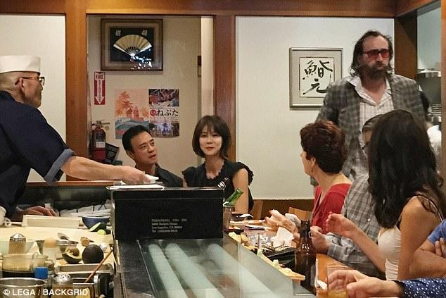 尼可拉斯凱吉在餐廳裡搭訕,老公回來後瞪到他超屎臉尷尬離場。