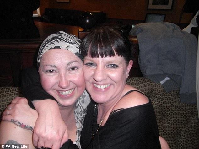 她因乳癌不得已切除雙乳,為了紀念康復5週年她撩起衣服裸露「展現最完美胸罩」讓大家欣賞!