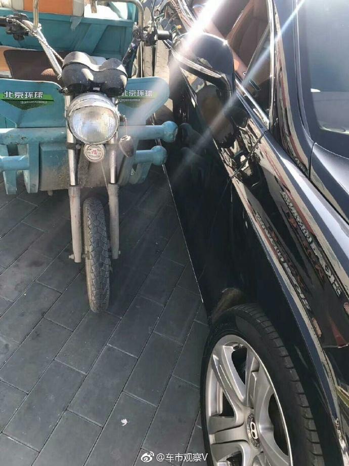 老伯騎三輪車「撞傷千萬賓利」,「丟一把蔥」當賠償車主哭笑不得!