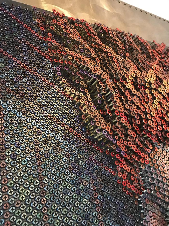 他花幾百個小時慢慢把「2萬顆螺絲」鎖在板子上 往後退5步瞬間變成超狂藝術