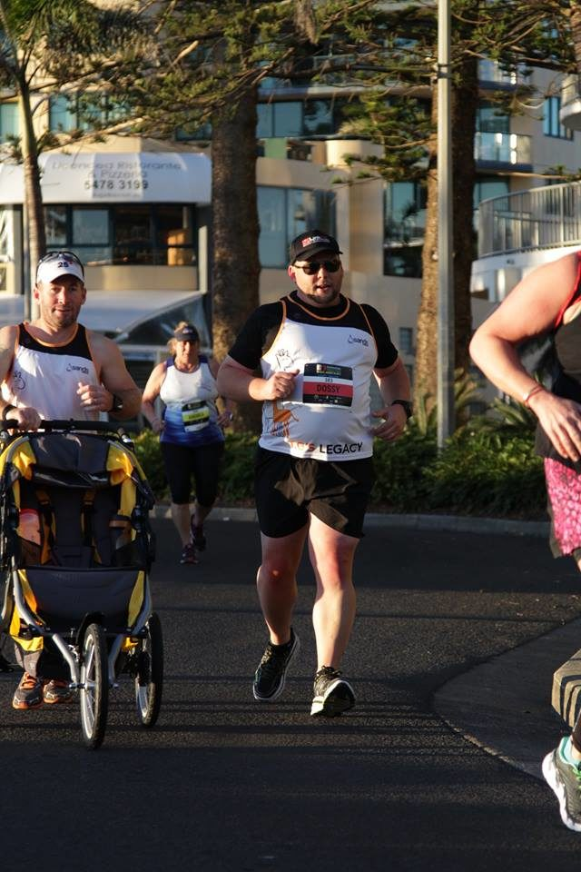 男子推「空空的嬰兒車」參加馬拉松引起關注,「不小心弄丟孩子」讓全場爆淚!