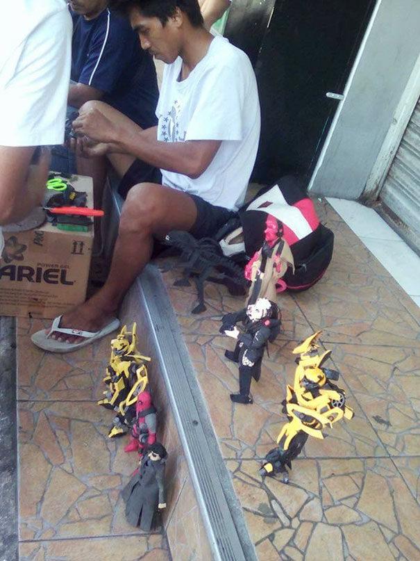窮到只剩下拖鞋!窮爸爸用破舊拖鞋DIY「電影人物模型」,「媲美幾千塊正品」讓全網瘋狂!