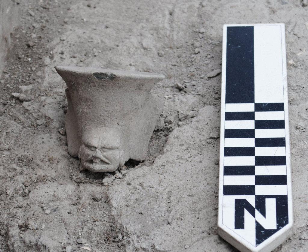 13張「點開往下滑會立刻被嚇到抽手指」的獵奇照片。2000年前希臘浮雕驚見「現代筆電」!