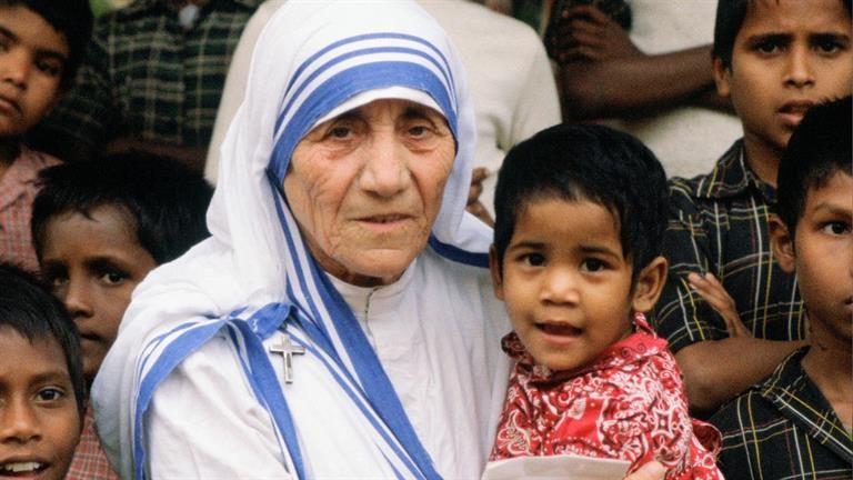 德雷莎修女騙很大?「假裝擦澡」強迫垂死穆斯林受洗死前成天主教!