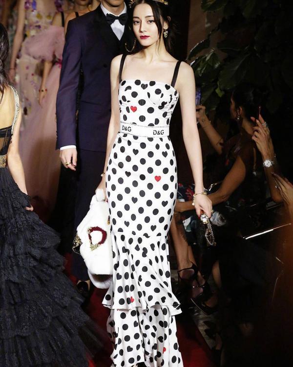 「麗姬」迪麗熱巴化身「紅心女王」,現身米蘭時裝周走秀「比超模更美」老外開眼界!