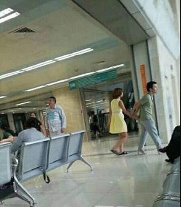 男子陪看病「堅持穿女友的粉色高跟鞋」,網友感動:這才是愛情的模樣!