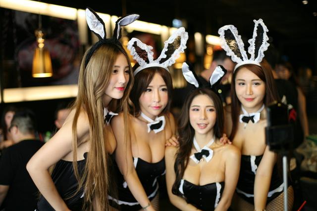燒烤店提供「超胸」服務!兔女郎服務生桌邊「爆乳餵食」,網友暴動:這肉看起來挺軟嫩、跪求店址!