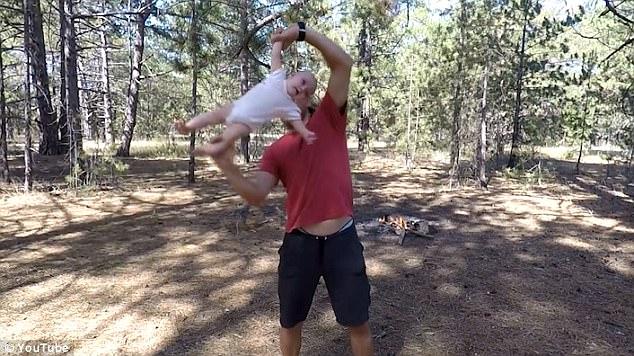 烏克蘭超狂老爹「舉4月女嬰」當雙節棍甩,寶寶尖叫爸爸:寶寶現在心情很好! (影片)