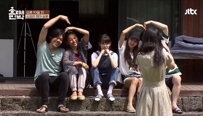 IU坦言「單身好孤單」,拍照時被李孝利夫妻夾在中間「一喀嚓」森77表情可愛到爆!
