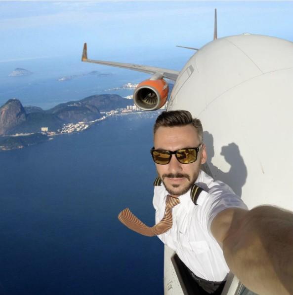 天上最強機師飛過杜拜「半身伸出去自拍」成為傳奇畫面,但讓網友吵翻了!