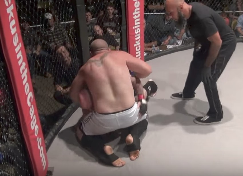 MMA選手被打到「屁滾濕便便」,終生成就得到「咖啡色的炸彈客」的偉大稱號! (影片)