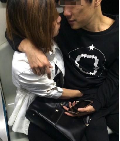 都說地鐵禁止飲食!情侶車廂內「扯褲頭手扒雞」,當眾「上下套弄自嗨」惹怒整車乘客!