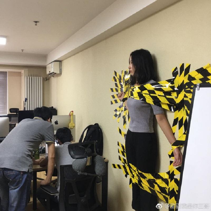 美女被老闆「SM綁在公司牆上」處罰!其實老闆超佛心