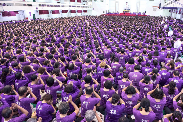 妙禪創「紫衣神教」吸10億元!信徒踢爆問「捐款流向」,卻得到荒唐解釋「這是佛的秘密!」再逼修行禪定...